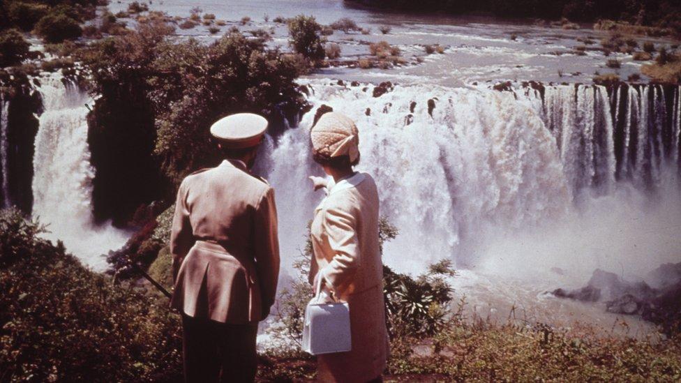 إليزابيث الثانية ملكة بريطانيا الحالية برفقة امبراطور إثيوبيا الراحل هيلا سيلاسي عن منبع النيل الأزرق خلال زيارة للملكة إلى إثيوبيا في شهر فبراير/شباط عام 1965.