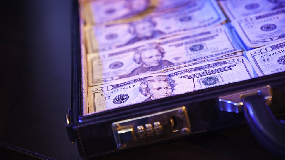 Maletín con dólares