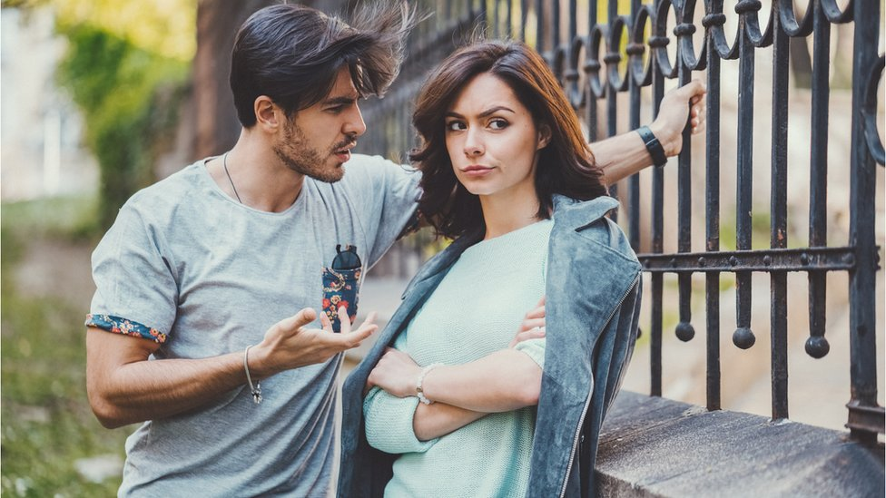 Hombre y mujer conversando