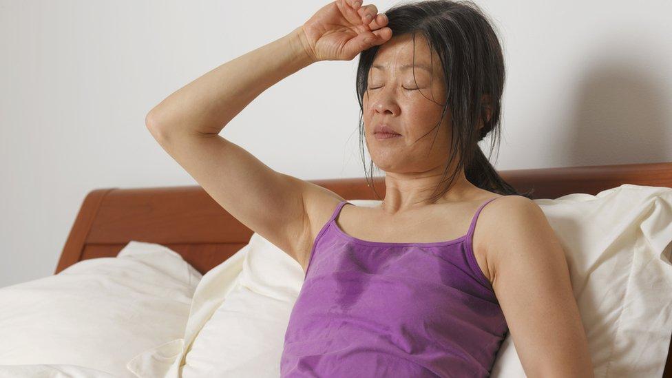 Una mujer con sudor nocturno.