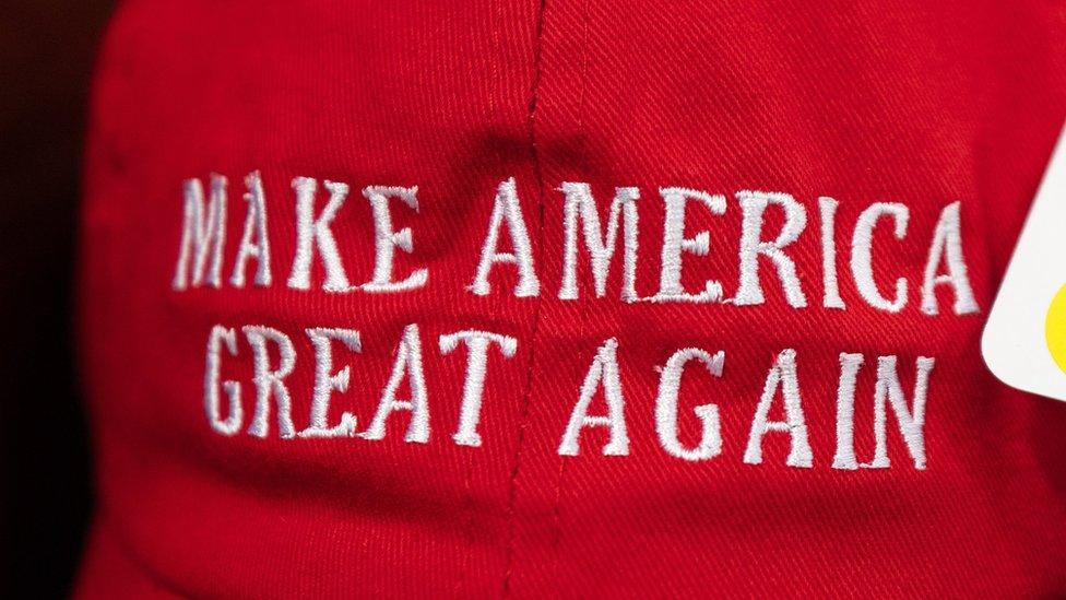 棒球帽上寫的:讓美國再次偉大口號
