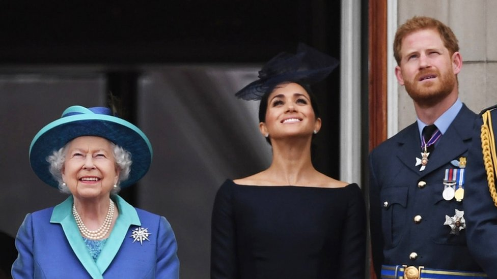 La reina Isabel II junto a Meghan Markle y el príncipe Harry.