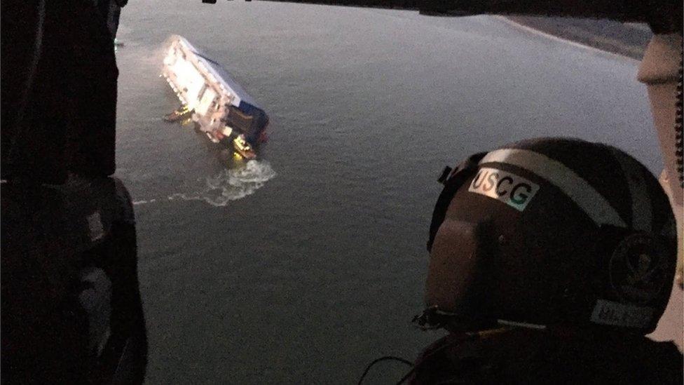 Un guardacostas sobrevolando el Golden Ray, en el mar de Georgia.
