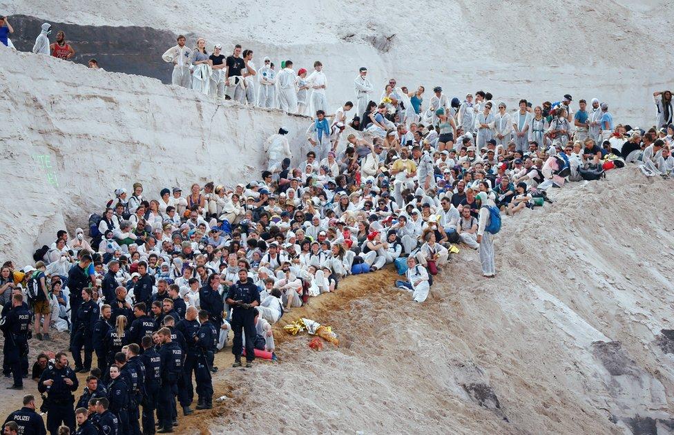 demonstranti pred rudnikom u nemačkoj