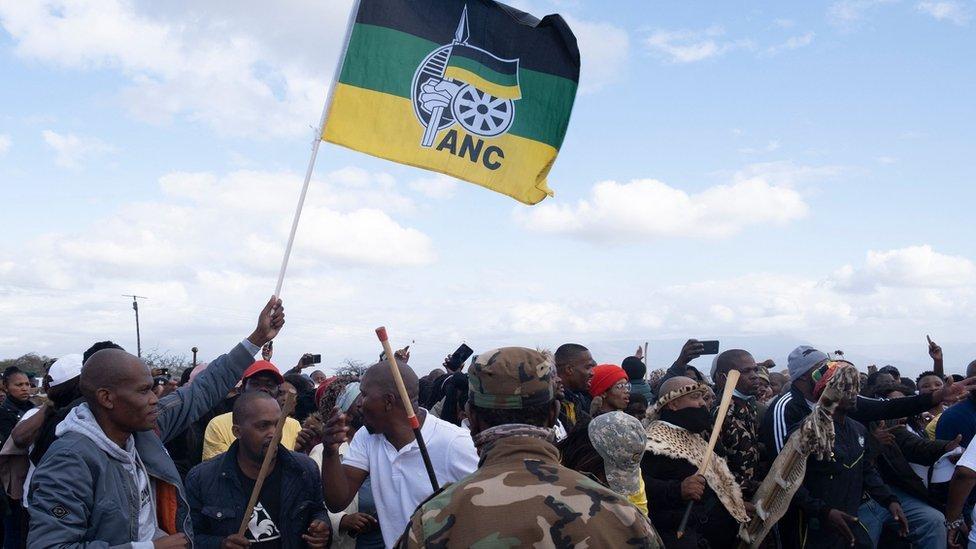 المؤيدون وهم يتجمعون أمام منزل رئيس جنوب أفريقيا السابق جاكوب زوما الريفي في نكاندلا