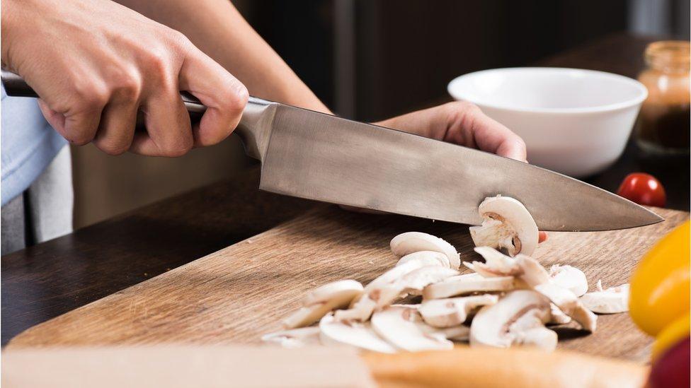 žena seče pečurke
