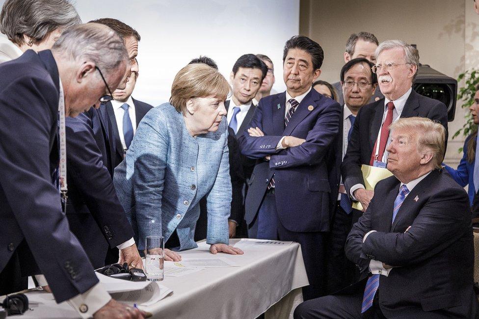 七國集團峰會期間,世界多國領導人圍繞一張桌子在交談。