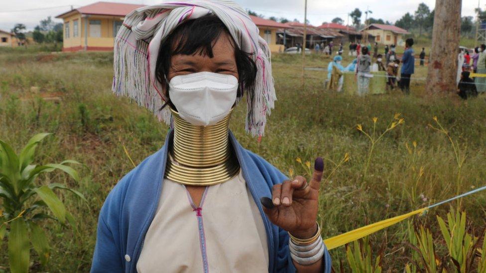 Una mujer de etnia kayan muestra su dedo entintado después de votar en un colegio electoral en Myanmar el 8 de noviembre de 2020.