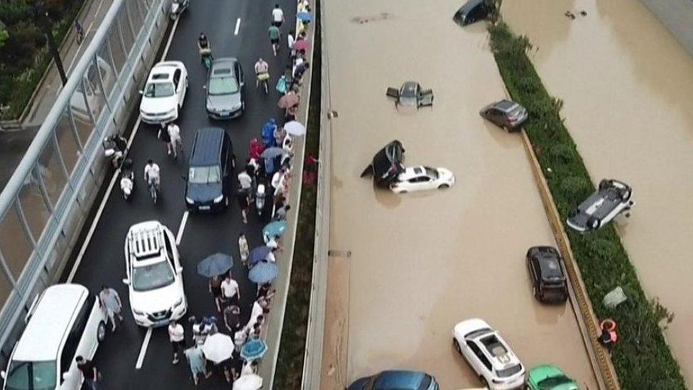 آثار الفيضانات على الطرق في الصين