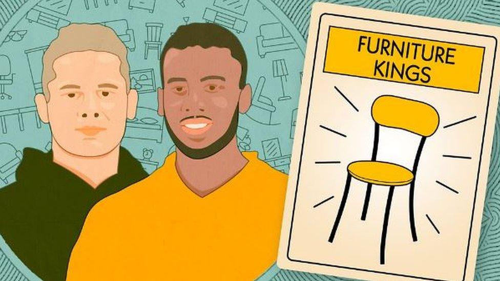 Dibujo de dos jóvenes junto a una silla.