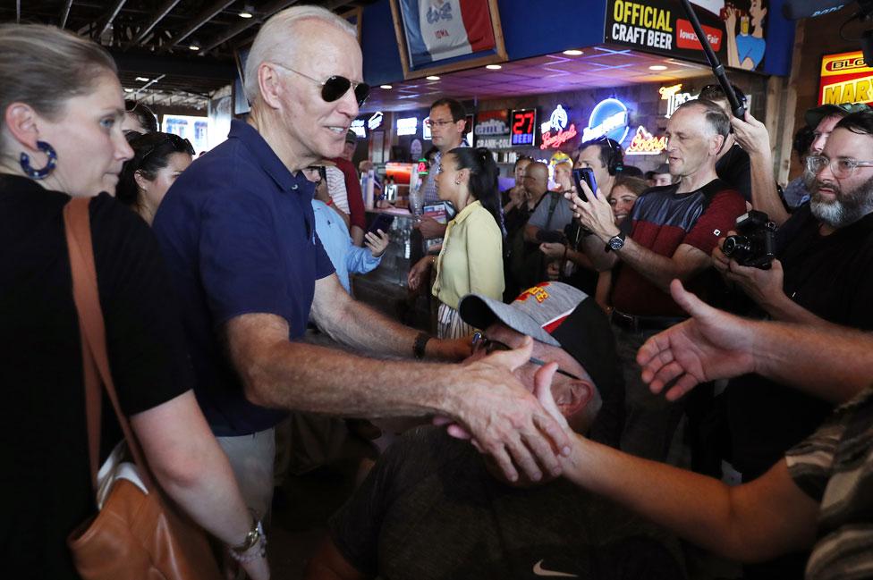 Joe Biden estrecha la mano de seguidores