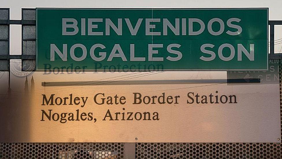 Dos anuncios: Nogales, Sonora; Nogales, Arizona