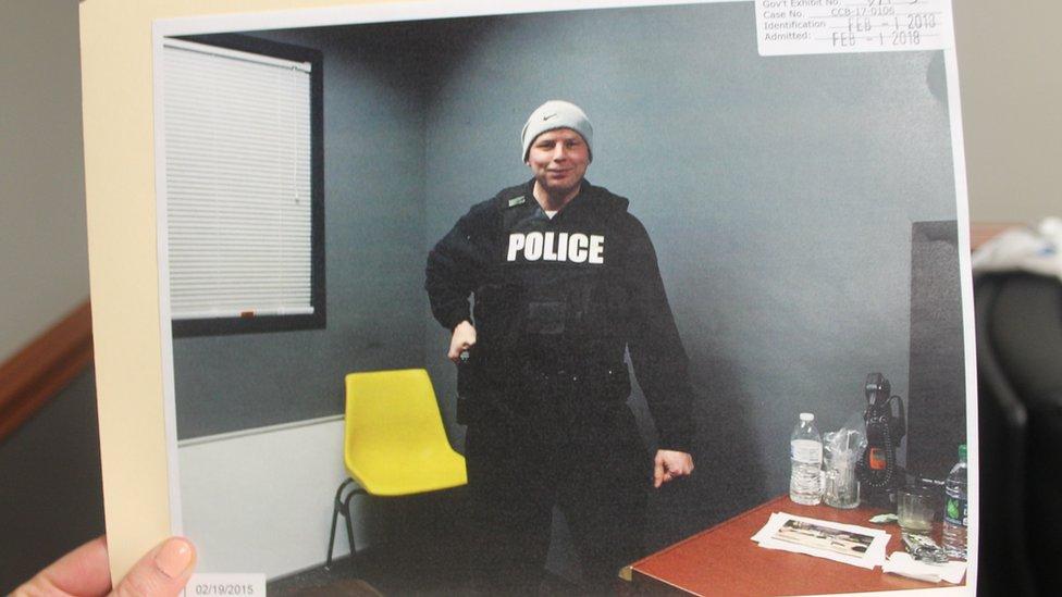 Donald Step u sedištu baltimorske policije u uniformi