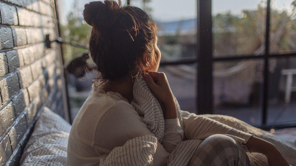 mujer aislada
