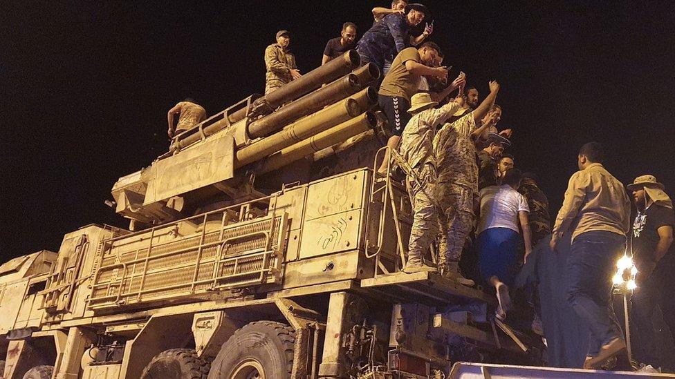 مقاتلون تابعون للحكومة يستعرضون نظاما روسياً للدفاع الصاروخي في طرابلس