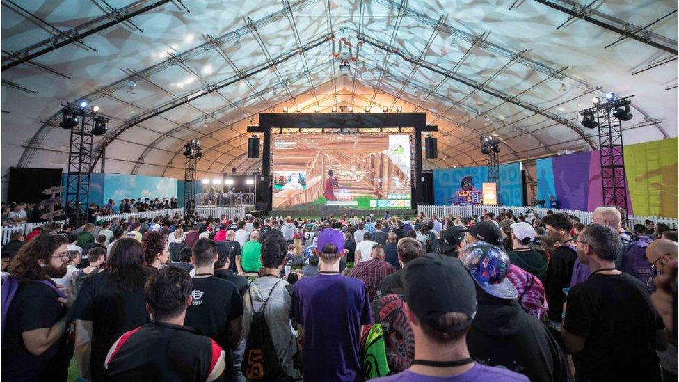 Seguidores de Fortnite viendo una competencia en TwitchCon, en el Centro de Convenciones de San José, California, en 2018.