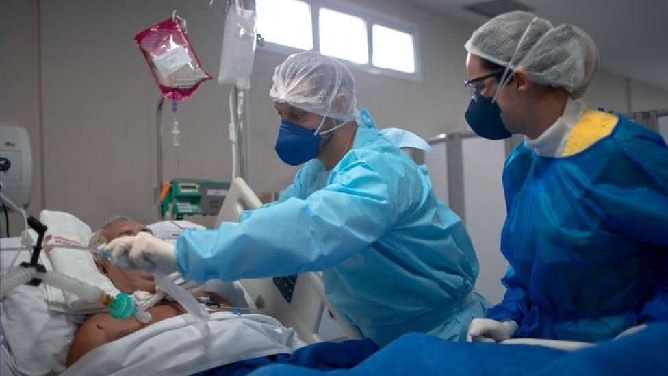 Profissionais de saúde cuidam de paciente em hospital no Rio de Janeiro