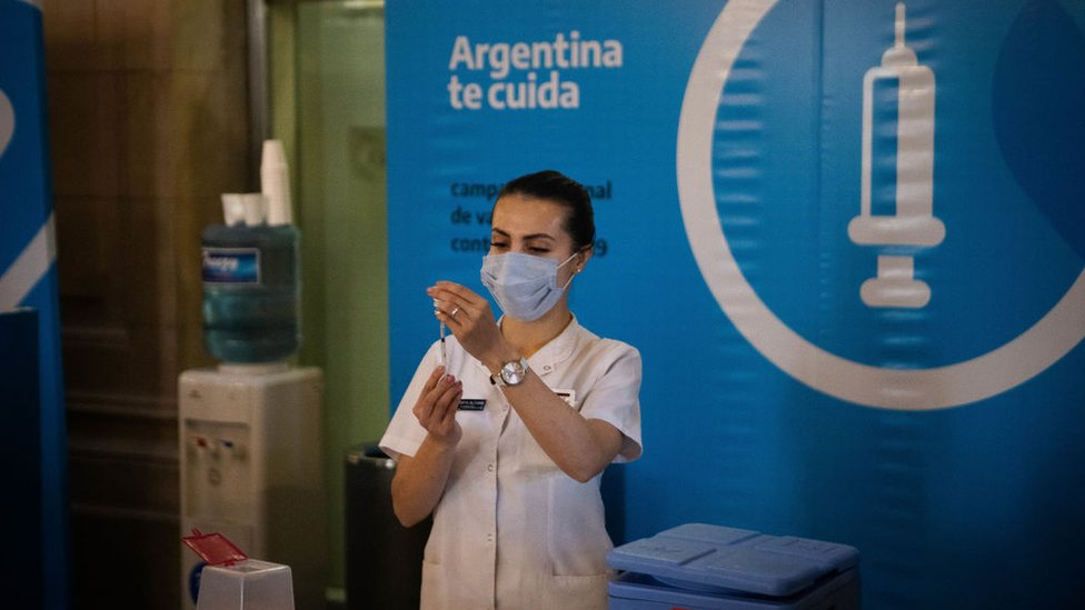 Una mujer prepara una vacuna en Argentina.