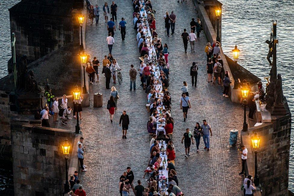 捷克首都布拉格著名的查理大橋上,人們擺下500米長的桌子