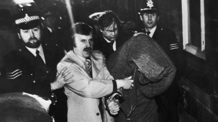 Policija dovodi Satklifa