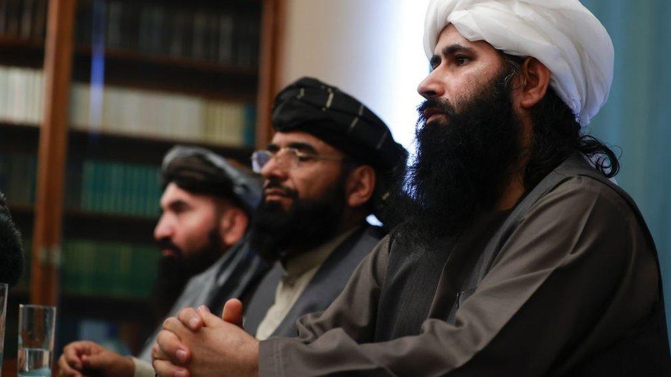 Taliban heyeti, Sözcü Suheyl Shaheen ortada, Moskova'daki Afganistan barış görüşmelerinin ardından basın açıklaması yapıyor (19 Mart 2021)