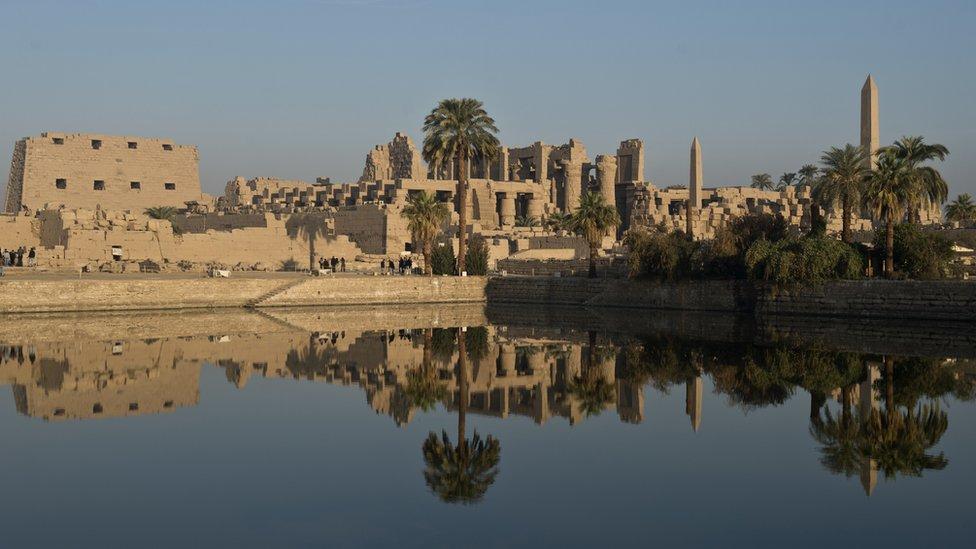 والنيل ومعبد فرعوني