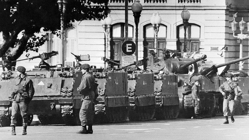 Tanques y soldados frente a la Casa Rosada