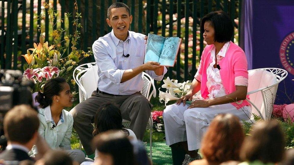 Barack y Michelle Obama ante un grupo de gente