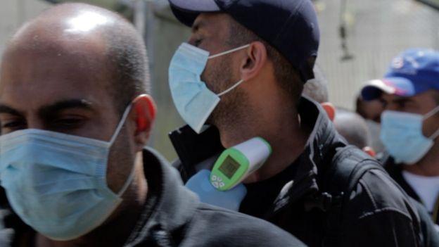 El Halil yakınlarındaki kontrol noktasından geçen Filistinlilerin ateşine de bakılıyor