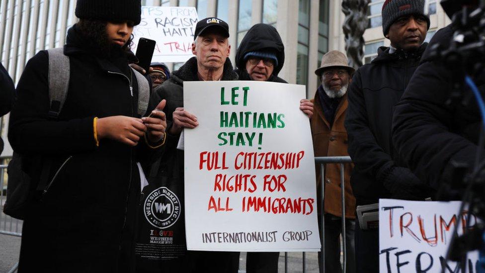 """Marcha en Nueva York en enero de 2019 para defender el programa TPS. """"Dejen a los haitianos quedarse"""", dice un letrero."""