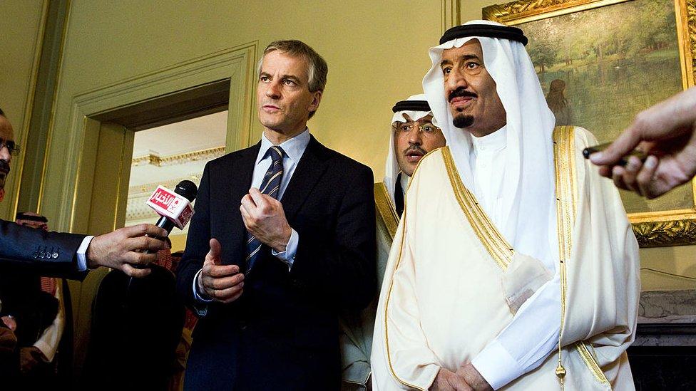 El príncipe saudita Salman bin Abdul Aziz Al Saud y el ministro de Relaciones Exteriores de Noruega, Jonas Gahr Store.