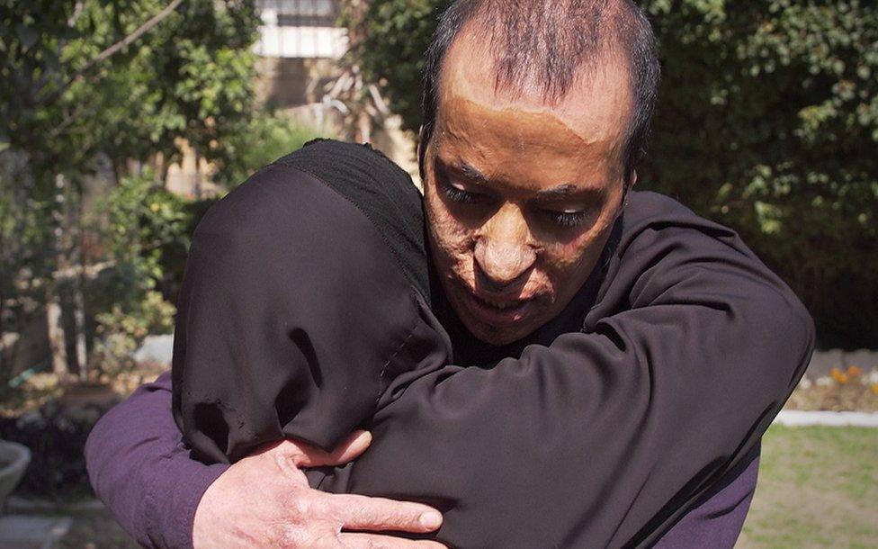 Kanim abraza a su madre.