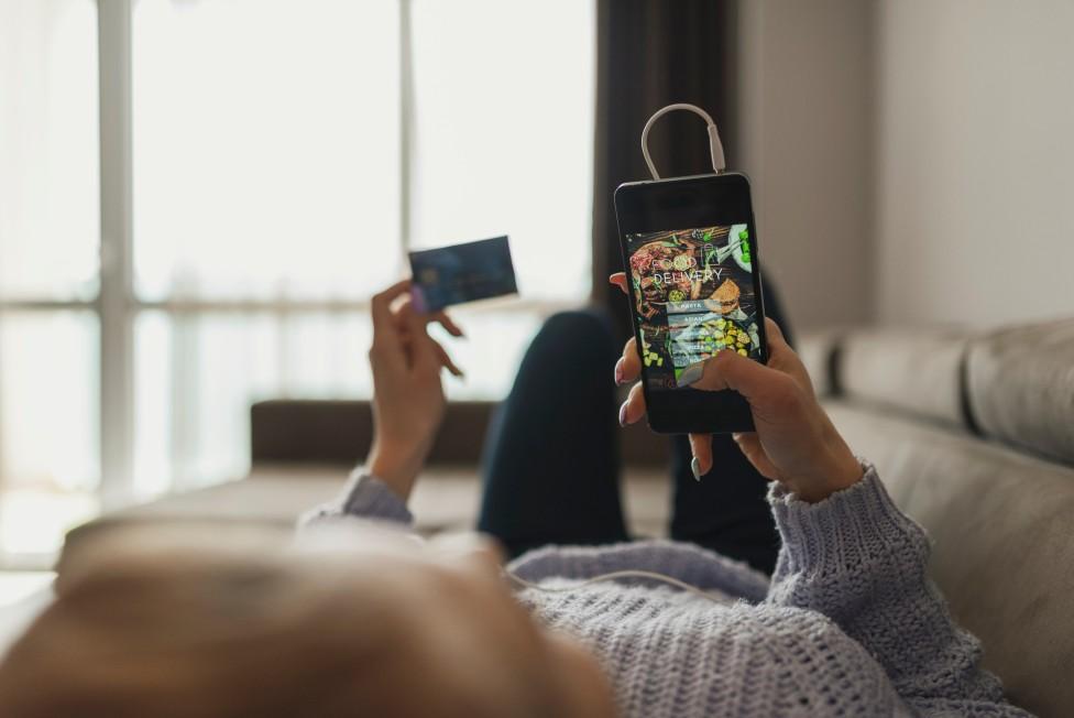Persona comprando con su celular