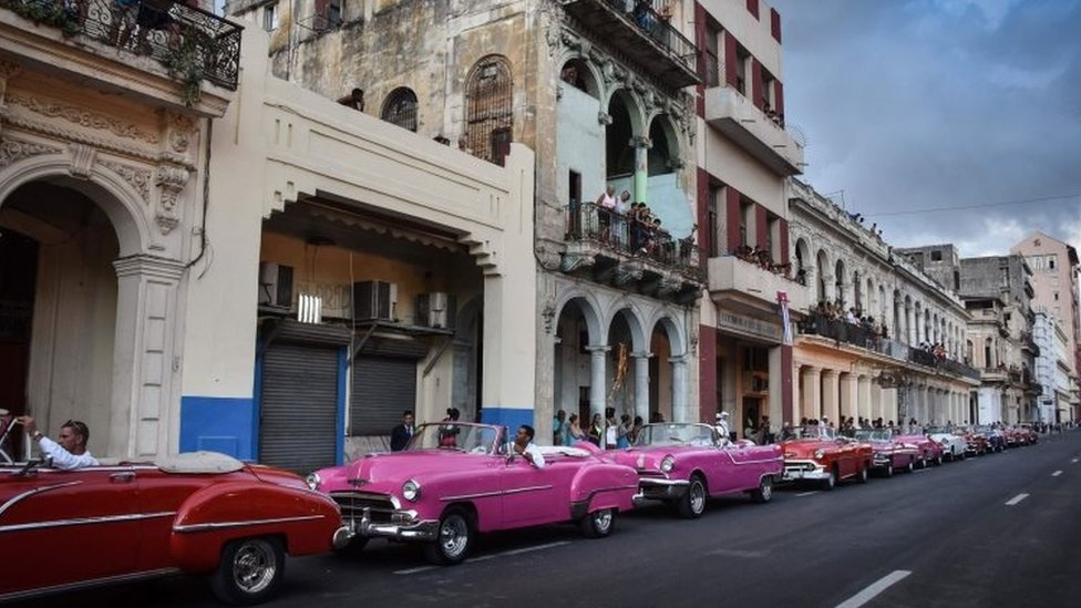 Cuban try to watch the show from balconies of their houses