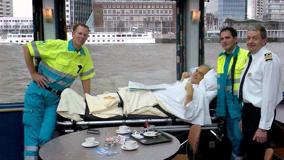 Pasien di kapal tongkang