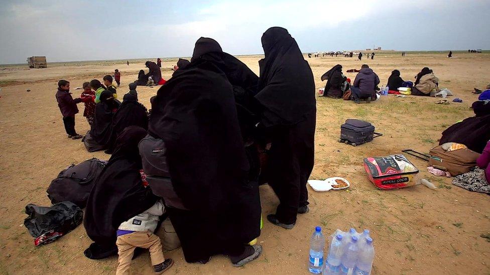 Niños y mujeres en un campo de refugiados en Siria