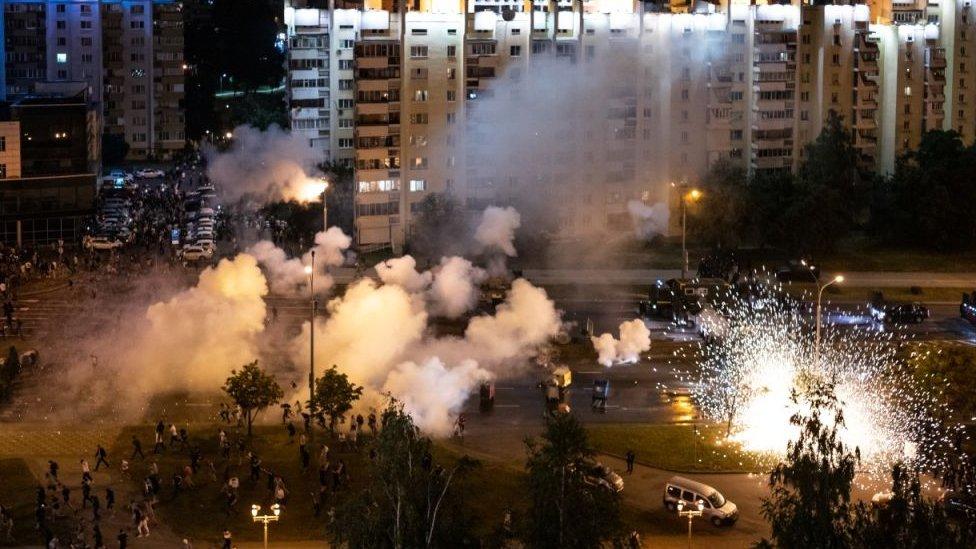 La policía lanzó granadas aturdidoras contras los indignados en Minsk.