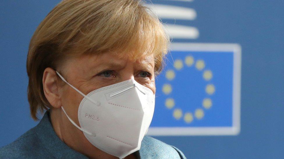 Canciller Angela Merkel con una máscara