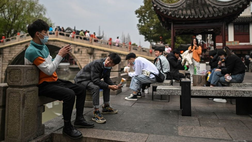 Gente hace turismo en Shangai