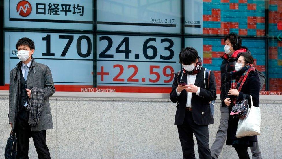 personas frente a un banco