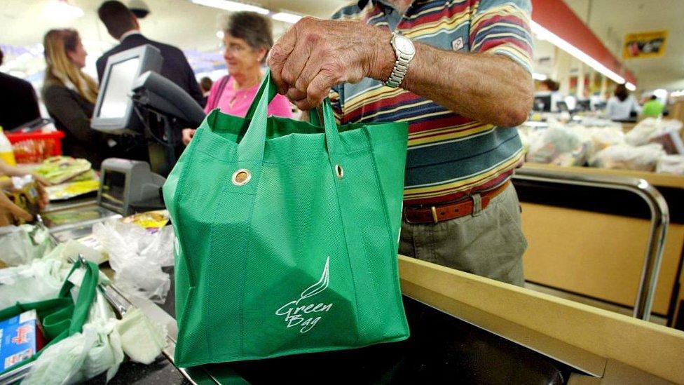 Una persona usa una bolsa reutilizable