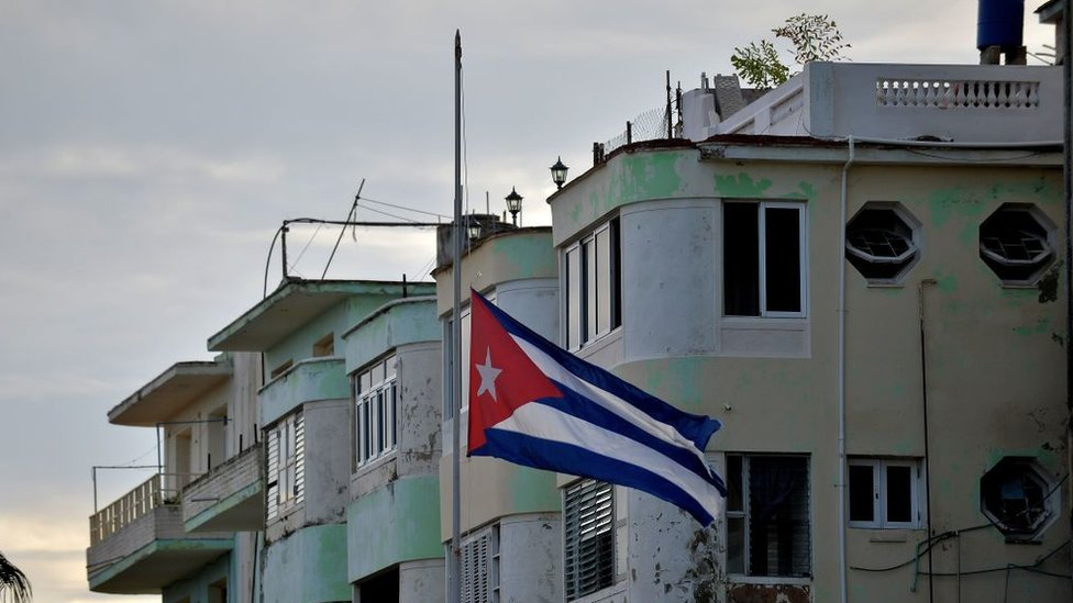 Bandera cubana a media asta.