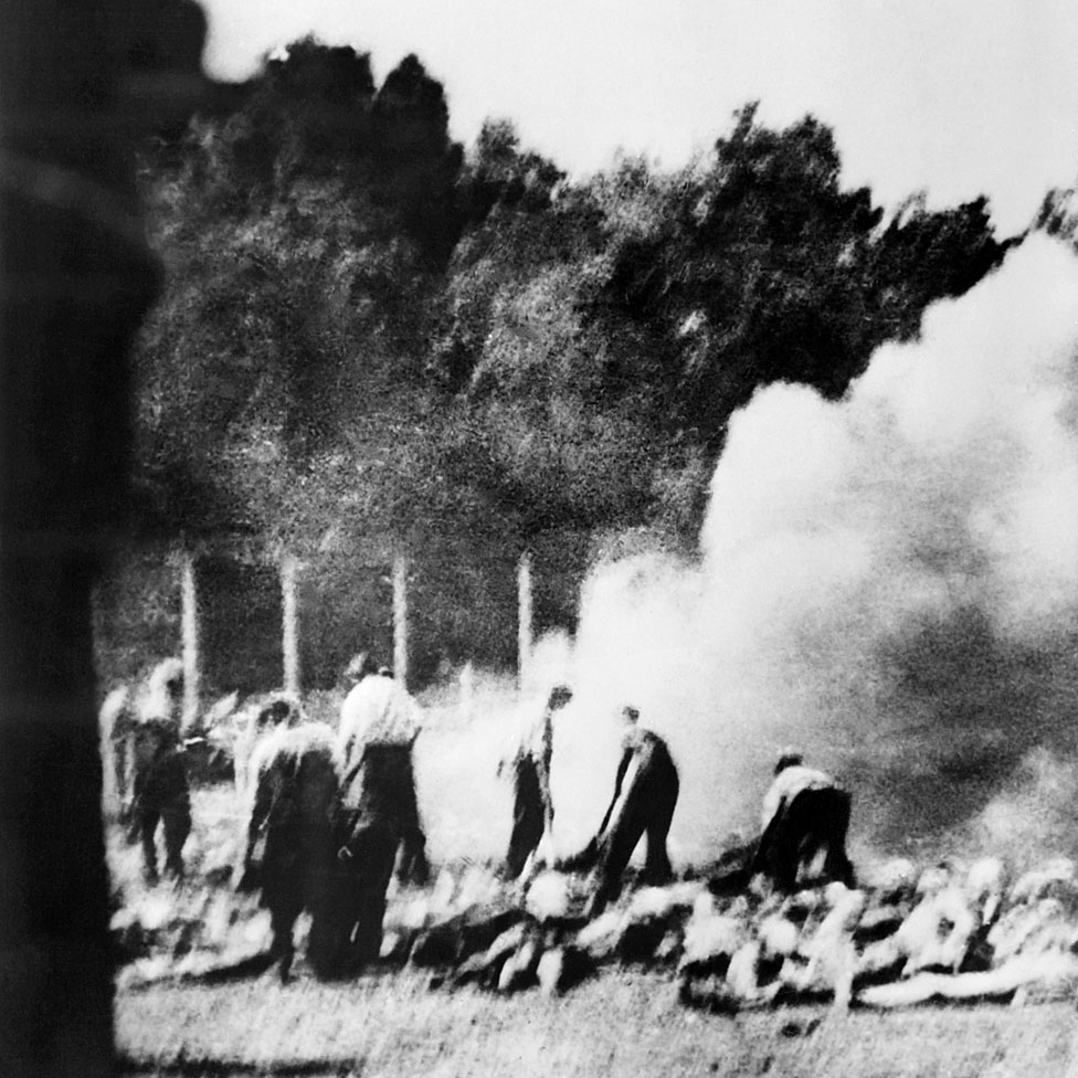 Imagen sin fecha tomada en secreto por la Organización de Resistencia clandestina en el campo de exterminio de Auschwitz-Birkenau que muestra cómo los prisioneros eran obligados a incinerar los cadáveres afuera cuando se sobrecargaron los crematorios.