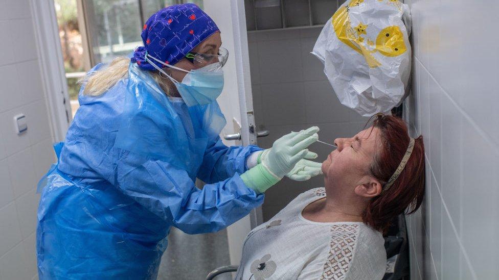 Realización de prueba PCR a un paciente en Barcelona.