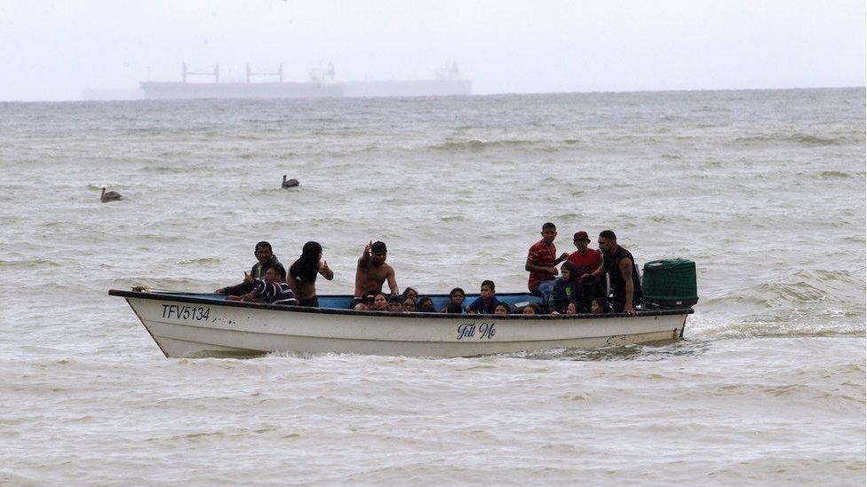 Barco con migrantes venezolanos