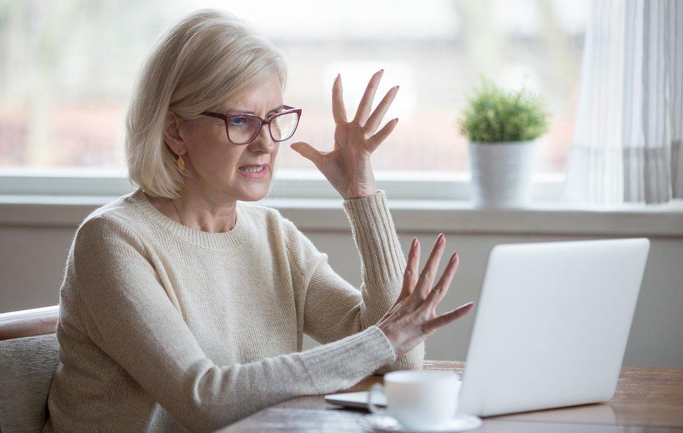Mujer brava con lo que ve en la computadora