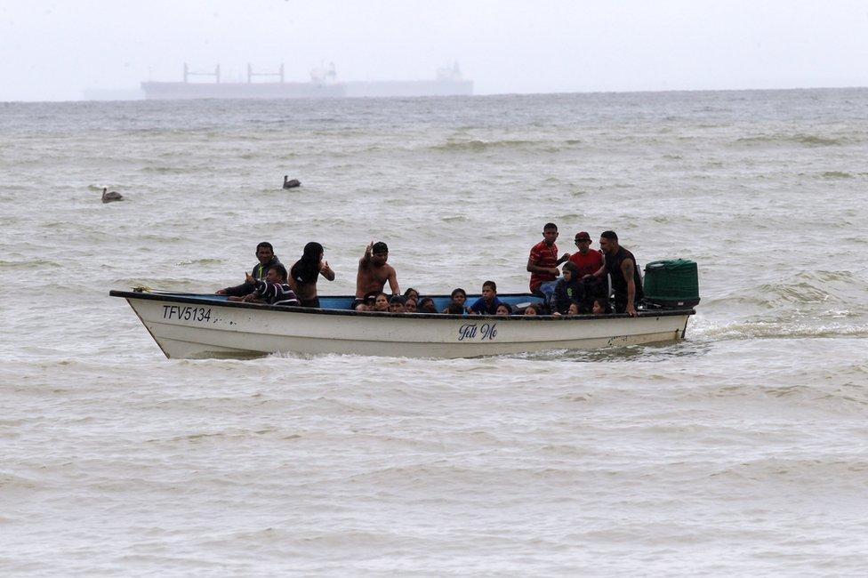 Los venezolanos deportados que volvieron a Trinidad y Tobago a su llegada a Los Iros.