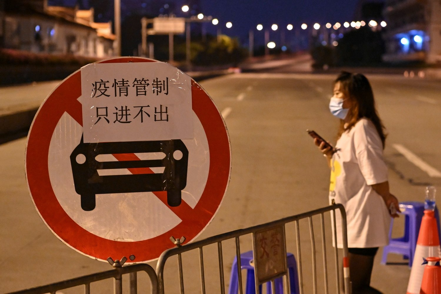 廣州市荔灣區實施了交通管制,限制部分區域居民離開。