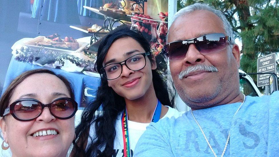 Josslyn Glenn junto a sus padres.