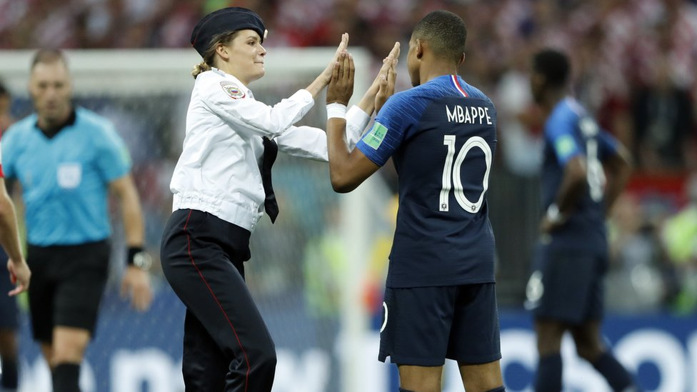 Mujer saluda a jugador francés dutrante la final de Rusia.